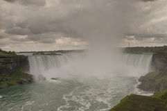 Nubes de tormenta sobre Niagara Falls fotografía de archivo