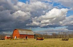 Nubes de tormenta sobre una granja fotos de archivo