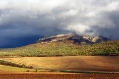 Nubes de tormenta sobre una montaña imágenes de archivo libres de regalías