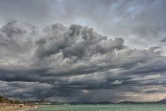 Nubes de tormenta violenta en la playa en la bahía de Alcudia en Mallorca foto de archivo libre de regalías
