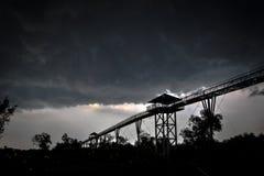 Nubes de tormenta y skywalk Fotografía de archivo