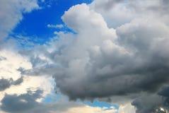Nubes de trueno en la puesta del sol Imagen de archivo libre de regalías