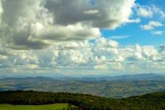 Nubes de una opinión superior de la montaña foto de archivo