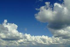 Nubes de una opinión superior de la montaña fotografía de archivo