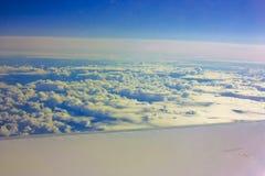Nubes debajo de un ala plana. Fotografía de archivo