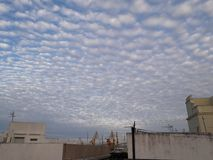 Nubes del azul y de Cielo y x28; Diz& x29 del ¡de CÃ; imagen de archivo