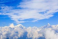 Nubes del balanceo y paisaje de la montaña de la nieve de la salida del sol foto de archivo