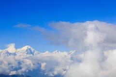 Nubes del balanceo y paisaje de la montaña de la nieve de la salida del sol imágenes de archivo libres de regalías