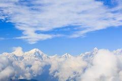 Nubes del balanceo y paisaje de la montaña de la nieve de la salida del sol fotografía de archivo
