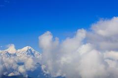 Nubes del balanceo y paisaje de la montaña de la nieve de la salida del sol foto de archivo libre de regalías