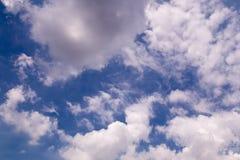 Nubes del blanco del cielo azul Imagen de archivo libre de regalías