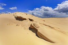 Nubes del borde de las dunas de arena Imagenes de archivo