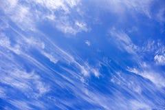 Nubes del cielo azul y el rayar imagen de archivo libre de regalías
