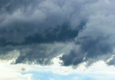 Nubes del cielo, de la oscuridad y de la luz Foto de archivo libre de regalías