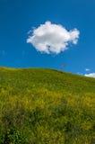 Nubes del cielo de las colinas de las montañas Fotos de archivo libres de regalías