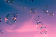 Nubes del cielo rosado, azul, burbujas Imagen de archivo libre de regalías