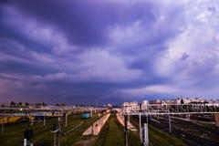 Nubes del ferrocarril y de tormenta imagenes de archivo