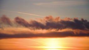 Nubes del humo oscuras y nubes en la puesta del sol Contaminación atmosférica almacen de metraje de vídeo