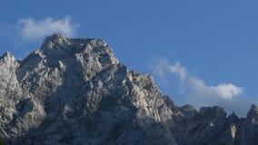 Nubes del lapso de tiempo sobre pico de montaña almacen de video