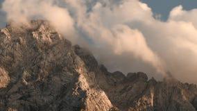 Nubes del lapso de tiempo sobre pico de montaña almacen de metraje de vídeo