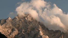 Nubes del lapso de tiempo sobre pico de montaña metrajes