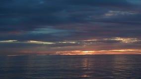 Nubes del océano en la puesta del sol almacen de metraje de vídeo