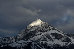Nubes del rayo de sol del pico de montaña Foto de archivo