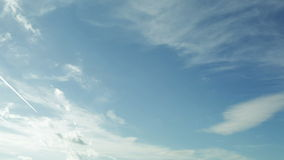 Nubes del rocío del mar en el cielo azul, timelapse almacen de video