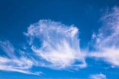 Nubes del rocío del mar en el cielo azul Foto de archivo