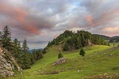 Nubes del rojo del prado de la montaña del verano fotografía de archivo libre de regalías