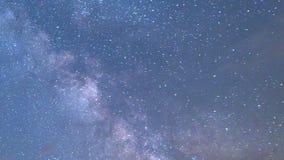 Nubes del timelapse del cielo nocturno de la vía láctea