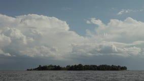 Nubes del vuelo sobre el golfo de Finlandia almacen de metraje de vídeo
