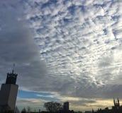 Nubes desiguales hermosas sobre el centro municipal de Newcastle Foto de archivo