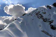 Nubes detrás del rango de montaña Foto de archivo