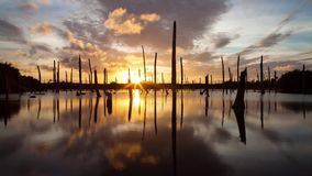 Nubes dramáticas apocalípticas y puesta del sol sobre el lago, time lapse