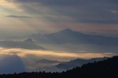 Nubes dramáticas con la montaña imagen de archivo