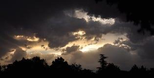 Nubes dramáticas de la última hora de la tarde Foto de archivo libre de regalías