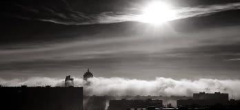 Nubes dramáticas de la niebla de la cumulonimbus sobre ciudad Imagen de archivo libre de regalías