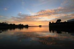 Nubes dramáticas de la puesta del sol Fotos de archivo