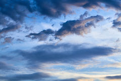 Nubes dramáticas en el cielo azul Imagen de archivo