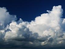 Nubes dramáticas en el cielo azul Fotografía de archivo libre de regalías