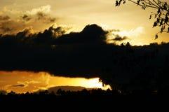 Nubes dramáticas en el cielo de la tarde Imagen de archivo