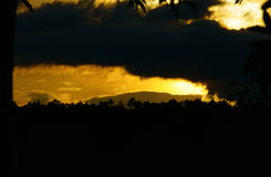 Nubes dramáticas en el cielo de la tarde Fotografía de archivo