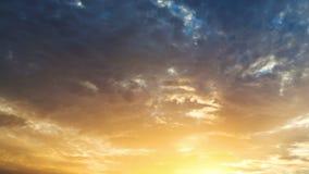 Nubes dramáticas en el cielo en la salida del sol