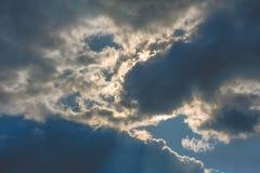 Nubes dramáticas en fondo del cielo azul Fotos de archivo