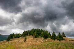 Nubes dramáticas hermosas sobre las montañas del otoño Montañas cárpatas ucrania Imagen de archivo libre de regalías