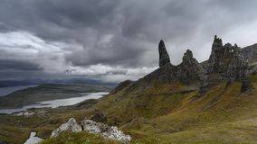 Nubes dramáticas lluviosas sobre las montañas escocesas almacen de metraje de vídeo