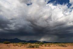 Nubes dramáticas oscuras de la tempestad de truenos foto de archivo libre de regalías