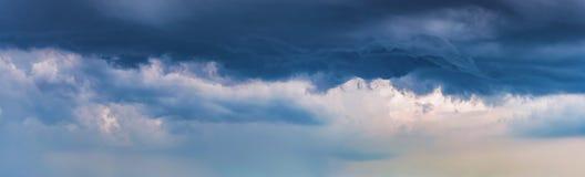 Nubes dramáticas oscuras del panorama del fondo imagen de archivo libre de regalías