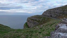 Nubes dramáticas que se mueven sobre el mar de Irlanda visto desde los acantilados en País de Gales almacen de video